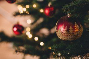 Weihnachtszeit Baum mit festlichen Weihnachtskugeln
