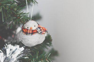 Schneemannfigur mit Schal an Weihnachtsbaum